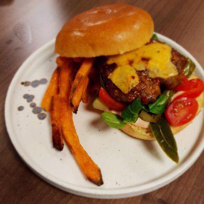 Matpodden - Hamburger med cheddar og søtpotetfries